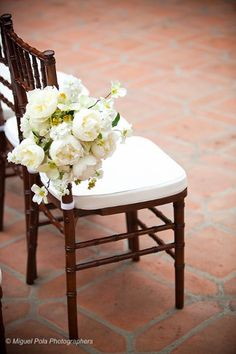 ivory aisle markers    {photo credit: A Good Affair Wedding and Event Production}