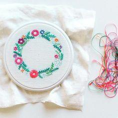 Alguns fios mais tarde... • • • • #jubela #jubela_joanacaetano #bordado #embroidery #dmcthreads @dmc__official #pepoplescreatives #p3top #gerador #coroadeflores #asfloresbonitas #stitchersofinstagram #handembroidery #embroideryinstaguild #embroideryartist #fiberarts #makersgonnamake #fazerépoder #modernmaker