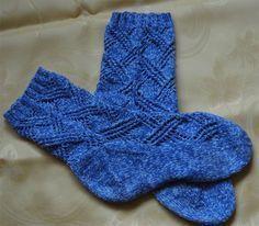 Ich stricke nicht gern Mustersocken – aber dieses Muster ist wirklich ganz einfach, es strickt sich angenehm und die Socken sind sehr schnell fertig. Garn: Baumwollgarn, etwas dicker als norm…