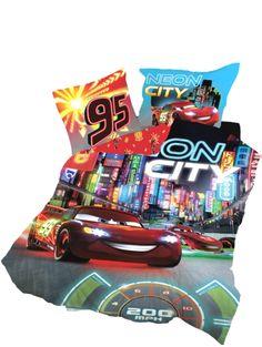Autot, Neon City -pussilakanasetin avulla syntyy täydellinen varikko. Kaupungin sykkeessä ja valojen välkkeessä täytyy kilpurinkin välillä jäähdytellä. Mitat: 150 x 210 cm ja 50 x 60 cm. 100 % puuvillaa. Pesu 60 asteessa.