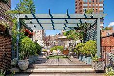 petit jardin sur la terrasse extérieure, plancher en bois composite et mobilier design