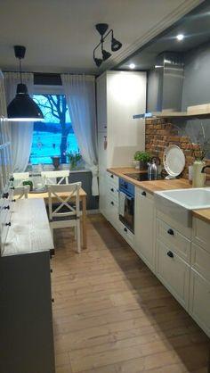 graue Küche, weiße Möbel, Ziegel