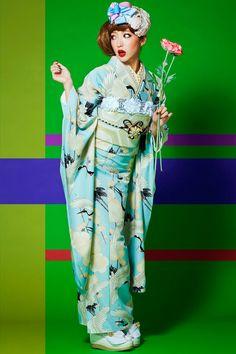 """These are """"retro"""" furisode (young women's kimono) from a """"kimono princess"""" collection sold by kimono shop Takazen. Kimono Japan, Yukata Kimono, Kimono Dress, Japanese Kimono, Kimono Style, Traditional Kimono, Traditional Dresses, Samurai, Cute Kimonos"""