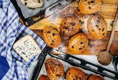 Dalamánky mají u nás tradici už od 18. století z dob rakouských válek vedených Marií Terezií. Tyto dalamánky jsou jak jinak než s žitnou moukou a jsou připravené s podmáslím, Jihočeskou nivou a fenyklem. #recept #dalamanek #niva #syr #tradice #zitnamouka #fenykl #recipe #breadroll #bake #flour #ryeflour Muffin, Breakfast, Food, Morning Coffee, Eten, Cupcakes, Muffins, Meals, Morning Breakfast