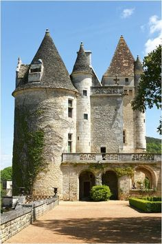 Chateau de Milandes ~ Dordogne ~ France ~ For some time, Josephine Baker lived with her children and an enormous staff in this castle in France. Chateau Medieval, Medieval Castle, Beautiful Castles, Beautiful Places, Belle France, French Castles, Limousin, Dordogne, French Chateau