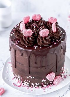 Piñata-Torte oder Surprise-Inside-Cake zum Valentinstag backen - Emma's Lieblingsstücke Chocolate Torte, Pink Chocolate, Melting Chocolate, Cake Truffles, Cupcakes, Cakes Without Fondant, Surprise Inside Cake, Hazelnut Cake, Valentines Day Cakes