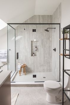 We love this striking ensuite bathroom designed by the talented By Fabiola Design💕 The subtly patterned hex floor tiles work flawlessly with the travertine tiles in the shower and all other design elements. Interior Architecture, Interior Design, Travertine Tile, Hexagon Tiles, Ensuite Bathrooms, Future House, Tile Floor, Flooring, Bath Room