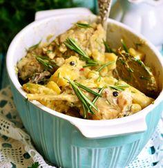 Το μαρινάρισμα σε κρασί και το αργό μαγείρεμα στη γάστρα μπορεί να απαιτούν λίγο περισσότερο από το χρόνο σας, όμως το γευστικό αποτέλεσμα θα σας δικαιώσει. Greek Recipes, Kung Pao Chicken, Japchae, Thai Red Curry, Potato Salad, Chicken Recipes, Pork, Cooking Recipes, Ethnic Recipes