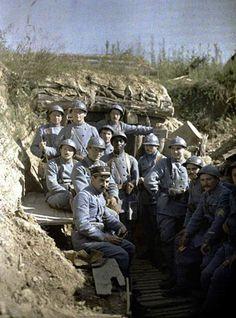 Les troupes françaises posent pour la caméra au milieu de la bataille de Verdun, au cours de la Première Guerre mondiale.
