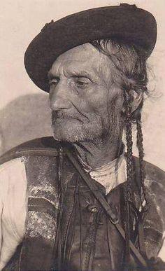 Obrázok bol nájdený na Googli vdoméne pinterest.com Ethnic Outfits, Ethnic Clothes, Folk Costume, Costumes, My Land, Real People, Old Photos, Nostalgia, Character Design