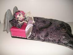 Furniture for Monster High Dolls Handmade Gargoyle Bed for Rochelle Goyle Monster High Beds, Monster High House, Monster High Repaint, Monster High Dolls, Bjd Dolls, Doll Toys, Doll Furniture, House Furniture