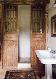 Une douche ouverte d'inspiration vintage