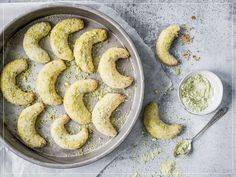 Try Cardamom crescents by FOOBY now. Or discover other delicious recipes from our category Baking sweet. Sweet Dough, Pistachio, Bagel, Entrees, Sausage, Almond, Vegetarian, Yummy Food, Sweets