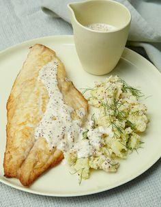 Recette Filets de dorade à la moutarde : 1. Pelez les pommes de terre, rincez-les et épongez-les. Retirez la première feuille du fenouil et jetez-la ; réservez le vert et coupez le fenouil en quatre. 2. Mettez pommes de terre et fenouil dans une casserole, couvrez d'eau et portez à ébullition....