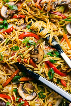 The absolute best chow mein with plenty of veggies and an addictive savory sauce coating it all. Recipe via chelseasmessyapron # Easy Recipes vegetables Chow Mein {BEST Sauce! Chow Mein Noodle Recipe, Chicken Chow Mein Recipe Easy, Veggie Chow Mein, Pork Chow Mein, Chow Mein Recipe Vegetable, Best Chow Mein Recipe, Vegetarian Recipes, Recipes, Cooking