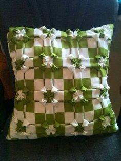just an idea Cute Cushions, Diy Pillows, Decorative Throw Pillows, Smocking Tutorial, Smocking Patterns, Fabric Yarn, Fabric Decor, Fabric Manipulation Techniques, Canadian Smocking