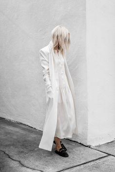Белое пальто, белое шелковое платье, тренды 2018, Lee Parino