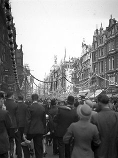 The Messes of Men — caylahmay: Oxford street 1935 London History, British History, Vintage London, Old London, Baker Street, Old Pictures, Old Photos, Famous Photos, Oxford Street London