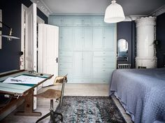 I like the color palette of this bedroom and workspace combination. The deep blue walls combined with the mint green build in cabinet and the vintage wood pieces just works so well and give this space a very unique look. Bohemian Apartment, Dream Apartment, Blue Bedroom, Bedroom Decor, Build A Closet, Built In Cabinets, Cupboards, Scandinavian Home, Blue Walls