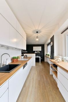Kuchyň s pracovní deskou po obou stranách je vyrobená na míru podle návrhu majitelky.