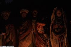 Người Raute không có nơi ở cố định. Họ thường xuyên di chuyển từ trại này sang trại khác mỗi khi có thành viên trong bộ lạc qua đời để tránh tà ma. Người chết được chôn trong tư thế thẳng đứng với một lỗ xuyên qua sọ như cách để linh hồn tới được thiên đàng.