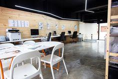 Chiralt Arquitectos I Oficina con mobiliario minimalista y revestimiento de madera en paredes. Fantástica forma de combinar materiales. Madera, hormigón, acero,etc,.