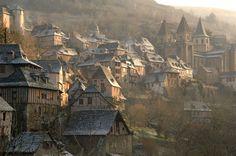 A  linda cidade de Conques, na França, um dos trajetos e paradas de descanso da peregrinação à Santiago de Compostela