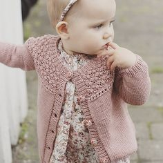 Easy knitting ideas for babies. Easy Knitting, Knitting For Kids, Baby Knitting Patterns, Baby Patterns, Crochet Pattern, Knitting Ideas, Knitted Baby Cardigan, Cardigan Pattern, Girls Sweaters
