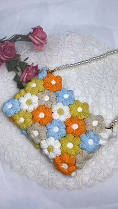 Crochet Bag Tutorials, Crochet Flower Tutorial, Crochet Flower Patterns, Crochet Videos, Crochet Motif, Crochet Designs, Crochet Crafts, Yarn Crafts, Crochet Projects
