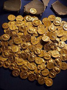Deze goudstukken verwijzen naar de grote geldsom aan losgeld dat betaald moet worden om Erak vrij te krijgen.