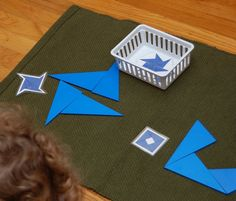 triangles bleus Triangles, Montessori Materials, Home Schooling, Ideas, Montessori Sensorial, School, Life, Thoughts