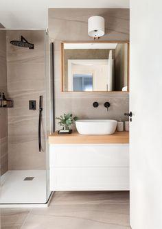 Nos encontramos con una vivienda de nueva construcción en la que modificamos la distribución abriendo el espacio de la cocina mediante un cierre metálico y reformamos completamente los cuartos de baño. Con todo ello, logramos acomodar este piso a las necesidades y gustos de sus dueños. New Homes, Porcelain, Vanity, Bathroom, House, New Construction, Bathrooms, Houses, Bathroom Sinks