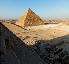 Um grupo de Russos viajou até o Egito e subiu na Grande Pirâmide. Enquanto o complexo estava aberto, esperaram escondidos durante as horas de visitação  para, durante a noite, atingirem o topo da construção.  A segurança não os notou e eles chegaram a salvo em terra firme. A aventura foi registrada e aqui estão as incríveis imagens