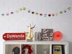 Van die leuke gekleurde verfstalen uit de bouwmarkt kan je veel leuke DIY-projecten maken. Een daarvan is deze vrolijke slinger, perfect om je huis op te vrolijken en een beetje kleur te geven!  #DaWandaDIY #DIY #Handmade #Paper