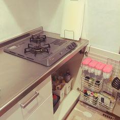 su_721さんの、キッチン,100均,DIY,一人暮らし,スパイスラック,調味料ラック,キッチン収納,ズボラ,お掃除ラクラク,使い勝手重視,収納アイデア,コンロ下,イイネありがとうございます♡,スッキリキッチン,100いいね!ありがとうございます♪,お掃除苦手,ズボラ故の収納,キッチンはスッキリ派,200いいね!ありがとうございます,皆さん何処からこの写真へ?,のお部屋写真