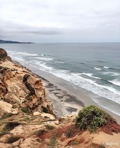 Out hiking today 😊🙌🏽 this is my second hiking trail I've done in the US 🇺🇸 if you love ❤️ the beach 🌊 like I do and the amazing views... well this is for you then 😌👌🏽 pretty easy hiking trail around 5 K's the only part that was a bit of a cardio workout was the going up part 😣 but ones you get up there you have lot of trails to take for you to hit that Ocean 🌊 View ❤️ good thing to do with all the family!!! There's free and pay parking, it goes for $15 dlls 🤑 but if your trying…