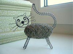 Cica je vyrobená z kameňa a pozinkovaného drôtu....bohužial je už predaná, ale môžem vyrobiť podobnú :)...