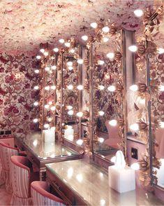 8 Cheap Things to Maximize a Small Bedroom. Bathroom Interior Design, Interior Decorating, Nail Salon Design, Beauty Salon Decor, Beauty Room, Restaurant Design, Room Decor Bedroom, My Room, House Design