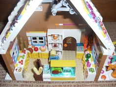 inside the ginger bread cottage - a shop filled with goodies: cakes, sweeties, ice lollies etc. Lego Christmas Village, Lego Winter Village, Christmas Crafts, Lego Gingerbread House, Lego Super Mario, Cool Lego, Awesome Lego, Lego Sculptures, Lego Club