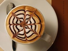 These coffee art and latte art designs are impressive and almost too pretty to drink. Have fun looking over dozens of clever designs from many talented baristas. Coffee Latte Art, Cappuccino Coffee, Cappuccino Machine, Coffee Cups, Coffee Coffee, Espresso Machine, Star Coffee, Coffee Drinks, Design Café