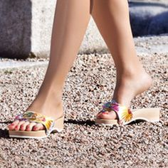 Woodiesss Sexy Sandals, Sandals Outfit, Greek Sandals, Strap Sandals, Flat Sandals, Clogs, Dr Scholls Sandals, Cute Slippers, Wooden Sandals