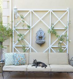 Find designs as simple or elaborate as you want with these DIY garden trellis ideas. Whether you want to display flowers or grow vegetables, we've got lots of easy trellis guides right here. Wall Trellis, Diy Trellis, Garden Trellis, Trellis Ideas, Trellis Design, Patio Wall Decor, Outside Wall Decor, Wall Decorations, Balkon Design