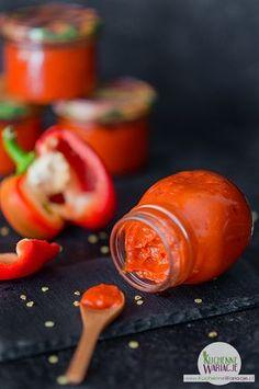 Dla miłośników papryki mamy dzisiaj pyszną pastę, która może być super dodatkiem do kanapek, pizzy, mięs czy innych potraw :) Składniki: - 5 kg czerwonej papryki - 1 główka czosnku - 2 łyżki oliwy - 1 łyżka soli - 2 łyżki cukru - pieprz Skł