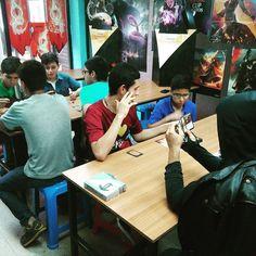 Continúa llegando los nuevos jugadores para aprender sobre #Magic y disfrutar del juego! #mtgakh #openhouse #boardgames #boardgamegeeks #tcg #amonkhet