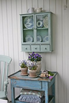 .Lovely table and shelf.