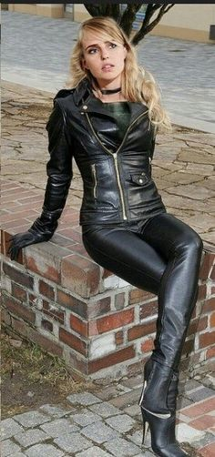 Beautiful fetish pics : Blonde in black leather pants jacket pants gloves ankle boots Leather Pants Outfit, Leather Trousers, Leather Dresses, Leather Gloves, Lederhosen Outfit, Jean Sexy, Sexy Stiefel, Best Leather Jackets, Botas Sexy