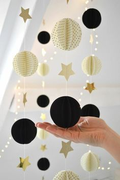 Make a garland - 80 decoration ideas for an extra Christmas mood - DIY Basteln mit Papier: Papierliebe - Christmas Mood, Christmas Crafts, Christmas Decorations, Frozen Christmas, Christmas Garlands, Paper Decorations, Christmas Stuff, Wedding Decorations, Diy And Crafts