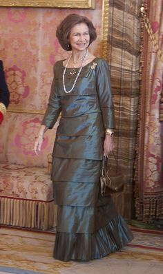 Queen Sofia Photos - Queen Sofia attends the Pascua Military ceremony at Royal Palace on January 2011 in Madrid, Spain. - Spanish Royals Celebrate New Year's Military Parade 2011 Greek Royal Family, Spanish Royal Family, Queen Sophia, Royal Photography, Adele, Spanish Royalty, Royal Queen, Royal Clothing, Satin Blouses