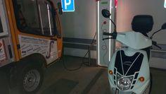GOVECS GO! S2.4 beim aufladen in der Tiefgarage unter dem Rathaus in Garching bei München an einer E.ON Ladesäule, an der man zum Zeitpunkt der Aufnahme noch kostenlos Strom tanken konnte.