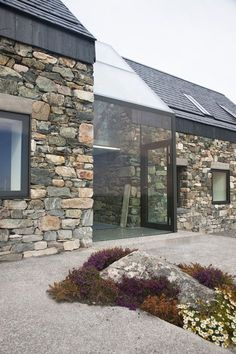 Architecture moderne Stone and glass as contrasting building materials to marry in modern architecture - Maison 2018 Architecture Design, Facade Design, Exterior Design, Pavilion Architecture, Baroque Architecture, Organic Architecture, Chinese Architecture, Architecture Office, Futuristic Architecture